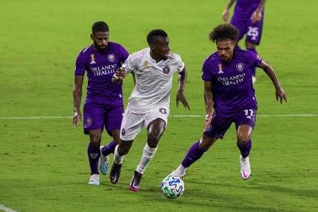 Ruan (à esquerda) e Júnior Urso (à direita) em ação pelo Orlando City (Foto: Mark Thor/Orlando City)