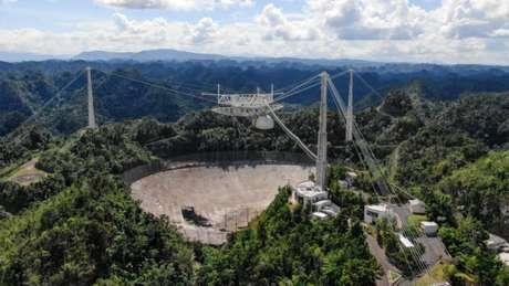 Disco refletor do radiotelescópio de Arecibo, danificado após rompimento de cabo