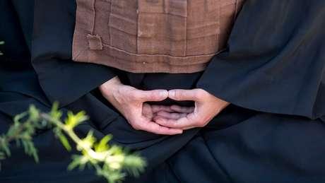 """""""Meditação não é mágica, mas através dela você começa a se autoconhecer e perceber que pode melhorar aos poucos"""", diz a monja Coen; acima, mãos na posição de mudra"""