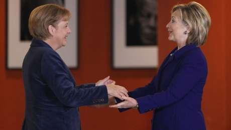 A chanceler alemã, Angela Merkel, e a ex-secretária de Estado dos EUA, Hillary Clinton, frequentemente recorrem ao terno