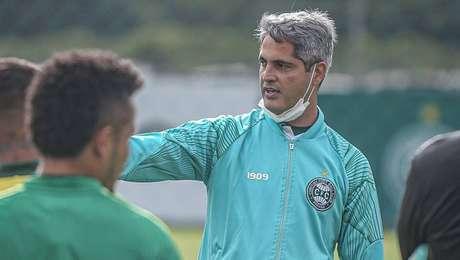 Rodrigo Santana comanda treino no Coritiba