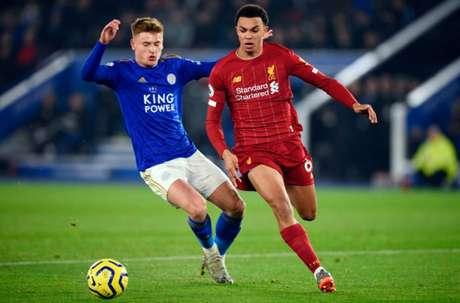 Liverpool e Leicester duelam neste domingo (Foto: OLI SCARFF / AFP)