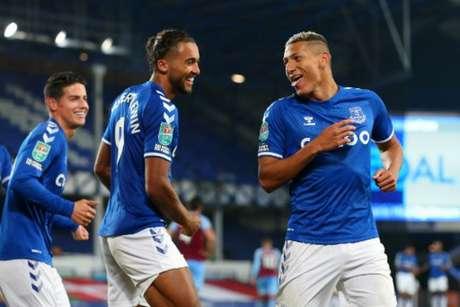 O trio de destaque do Everton na temporada: Richarlison, James e Calvert-Lewin (Foto: ALEX LIVESEY / POOL / AFP)