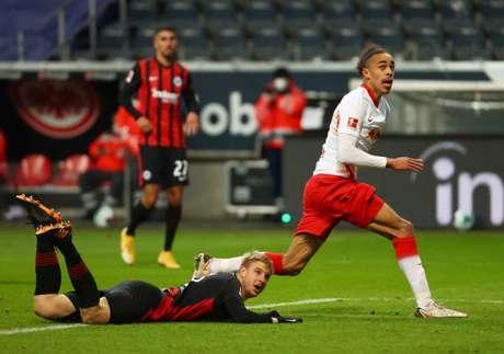 Poulsen evitou derrota do RB Leipzig neste sábado (Foto: KAI PFAFFENBACH / POOL / AFP)
