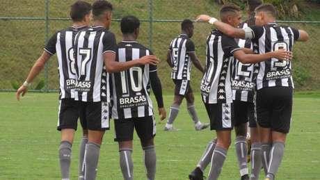 Atletas alvinegros celebram gol que coroou triunfo no Cefat (Vítor Silva/Botafogo)