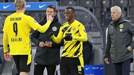 Moukoko entrou no lugar de Haaland no fim do jogo (Foto: Divulgação / Twitter Borussia Dortmund)