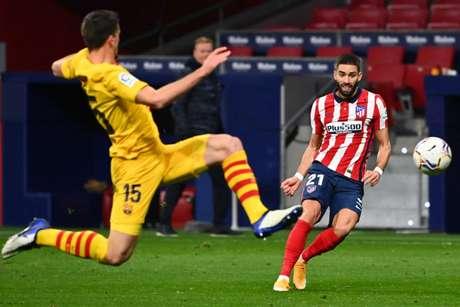 Carrasco aproveitou erro de Ter Stegen para fazer o gol da vitória sobre o Barcelona (Foto: GABRIEL BOUYS / AFP)