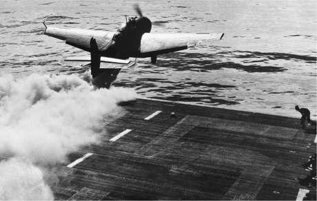 Um Grumann TBF Avenger faz uma decolagem assistida por jato na Segunda Guerra Mundial