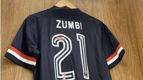 Camisa de Gabriel Sara traz a homenahem a Zumbi dos Palmares, líder quilombola do século XVII