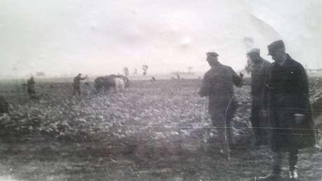 O avô de Julie (no canto direito da foto) supervisionava o trabalho forçado em propriedades rurais ocupadas na Polônia