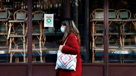 Mulher de máscara na França