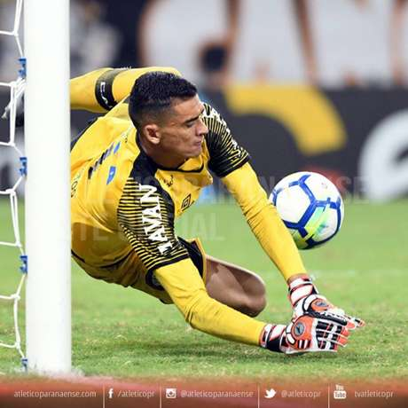 Goleiro Santos defendeu a cobrança do atacante Wescley, do Ceará (Foto: Miguel Locatelli/ Divulgação Atlético-PR)