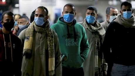 Egipcios usando máscara