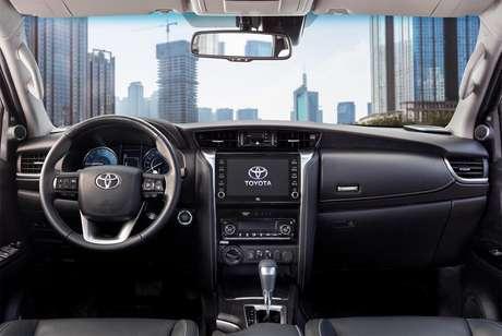Interior do novo Toyota SW4 tem enfoque na conectividade e na qualidade do som.