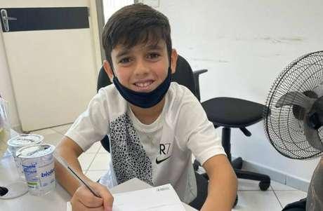 Filho de Fagner, Henrique Lemos, de 11 anos, assina contrato com o Corinthians.