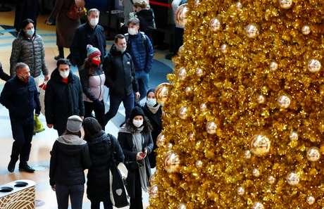 Com máscaras de proteção, alemães caminham próximo a árvore de Natal em Berlim 21/11/2020  REUTERS/Fabrizio Bensch