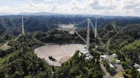 Imagem do icônico radiotelescópio de Arecibo