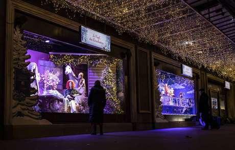 Loja de departamento com vitrine com enfeites de Natal em Paris