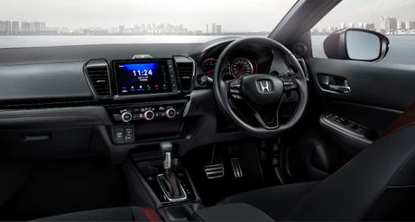 """Interior do Honda City Hatch vendido na Tailândia: central multimídia 8"""" e novo volante."""