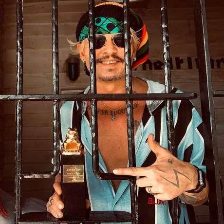 Johnny Depp debocha de sua situação com foto de troféu atrás das grades