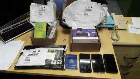 Bens desviados incluem celulares da Motorola e Alcatel, além de encomenda da Saraiva (Imagem: Divulgação/Polícia Federal)