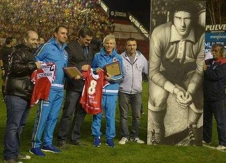 Pékerman (quarto da esquerda para a direita) foi homenageado pelo Argentinos Juniors antes de um amistoso entre Colômbia e Costa Rica