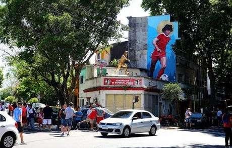 Uma estátua e um mural de Maradona estão localizados nos arredores do campo do Argentinos Juniors