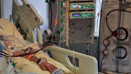 Paciente internado na UTI do hospital Albert Einstein, em São Paulo