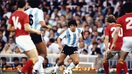Jornalista diz que toda vez que aparecia na Argentina um jogador habilidoso, ele era automaticamente comparado a Pelé; o mesmo ocorreu com Maradona