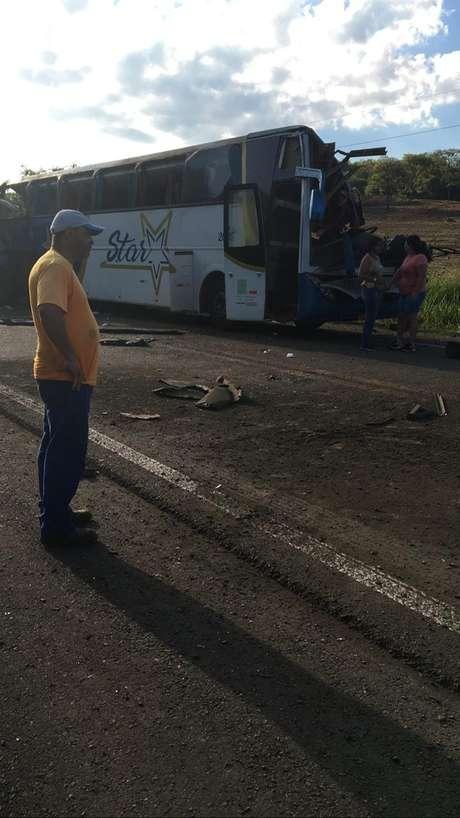 Acidente ocorreu por volta das 7h; ônibus levava mais de 50 funcionários de empresa têxtil