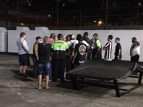 Grupo de torcedores do Botafogo invadiu a sede do clube para acompanhar apuração (Foto: Sergio Santana)