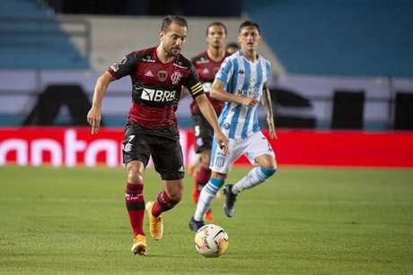 Everton Ribeiro em ação na partida (Foto: Alexandre Vidal/CRF)