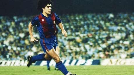 Maradona em ação com a camisa do Barcelona (Foto: Reprodução)