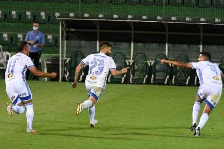 Rafael Sóbis comemora o seu gol pelo Cruzeiro contra a Chapecoense