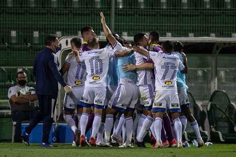Cruzeiro faz bom jogo e vence a líder Chapecoense fora de casa