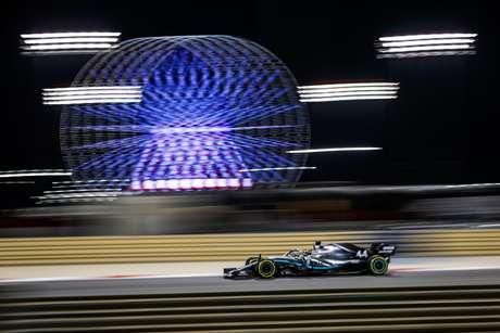 Fórmula 1 corre à noite para que alguns lucrem, enquanto pilotos e outros trabalhadores sofrem com o metabolismo.