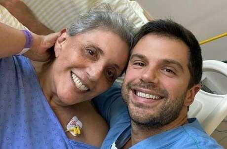 Leda Nagle ao lado do filho, Duda Nagle, internada em hospital com covid-19