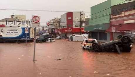 Chuva intensa causa estragos em São Carlos