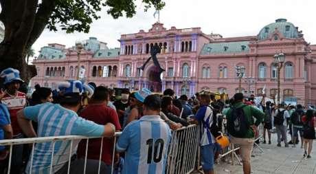 Multidão se aglomera para se despedir de Maradona (ALEJANDRO PAGNI / AFP)
