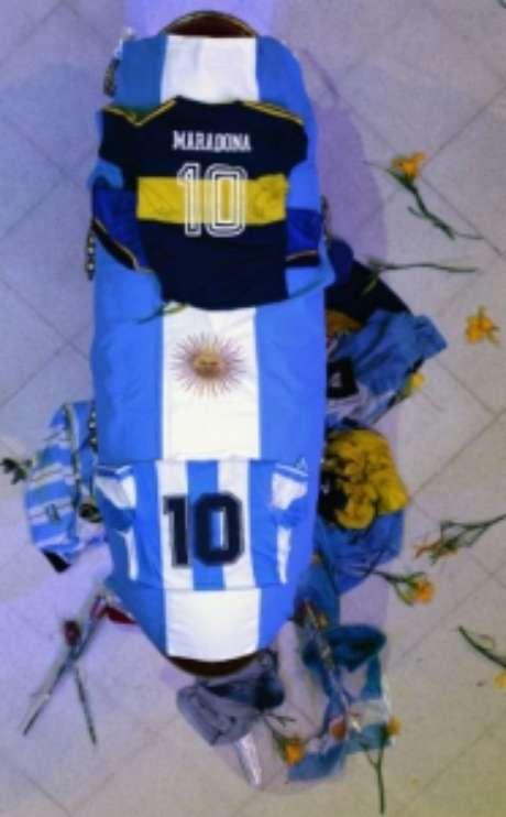 Caixão de Maradona com presentes dos fãs (ARGENTINIAN PRESIDENCY / AFP)