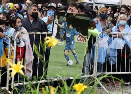 Multidão aguarda para se despedir de Maradona (ALEJANDRO PAGNI / AFP)