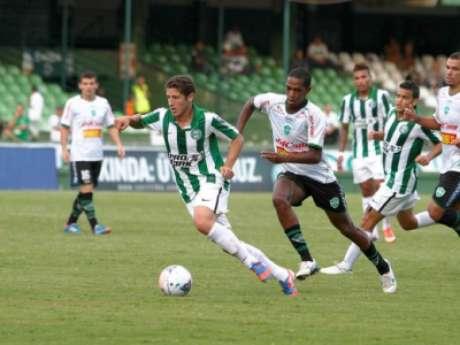 Zé Rafael com apenas 20 anos em ação pelo Coritiba, em jogo do Campeonato Paranaense de 2013 (Foto: Divulgação/Coritiba)