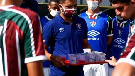 'Os copos são mais higiênicos, além de termos todo um processo que cerca essa medida antes de os atletas terem acesso ', diz coordenador médico do Tricolor (Mailson Santana - Fluminense F.C.)