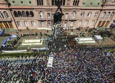 Multidão do lado de fora da Casa Rosada no velório de Maradona (Foto: LEANDRO BLANCO / TELAM / AFP)