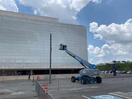 Primeira parte do processo é a limpeza das fachadas e da cobertura do estádio (Foto: Divulgação/Corinthians)
