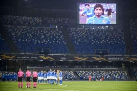 Um minuto de silêncio prestado em homenagem a Maradona (Foto: FILIPPO MONTEFORTE / AFP)
