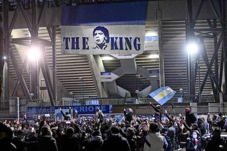 Torcedores homenageiam Maradona em frente ao Estádio San Paolo, em Nápoles