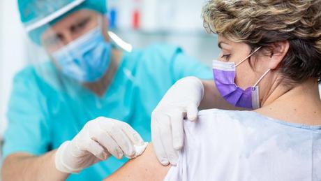 Com a polêmica, o imunizante de Oxford/AstraZeneca deve demorar um pouquinho mais para ser submetido às análises das agências regulatórias e chegar à população