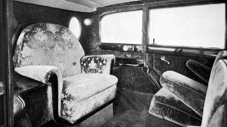 Interior do Mercedes Nürburg 460 que Pio 11 utilizava, com trono