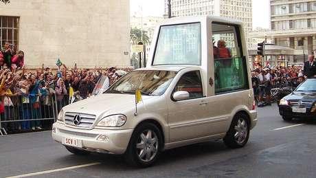 Papamóvel carregando papa Bento em 2007 pelas ruas de São Paulo